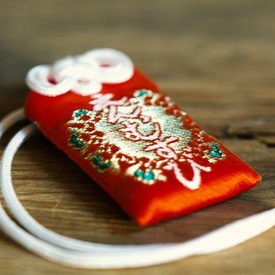 Amulette japonaise pour l'amour omamori du temple bouddhiste Todai-ji à Nara au Japon