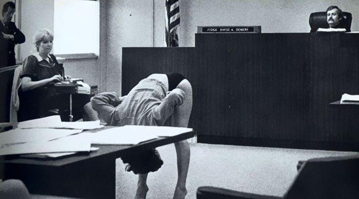 13 imagens históricas nunca vistas antes. Dançarina mostrando ao juiz que sua calcinha não era pequena o suficiente para ter sido presa por exposição na Flórida, anos 60. Inevitável outro pensamento, ao analisar genericamente o Poder Judiciário brasileiro.