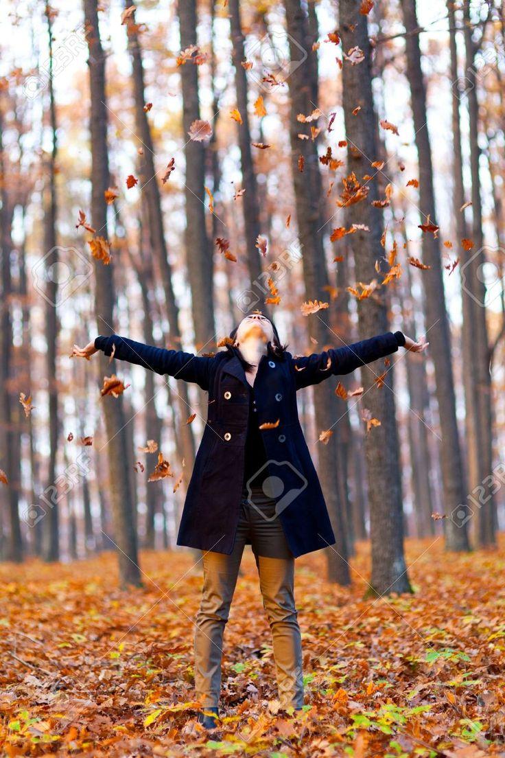 Retrato De Cuerpo Entero De Una Mujer Joven Que Juega Con Las Hojas Secas En El Bosque Fotos, Retratos, Imágenes Y Fotografía De Archivo Libres De Derecho. Image 16754751.