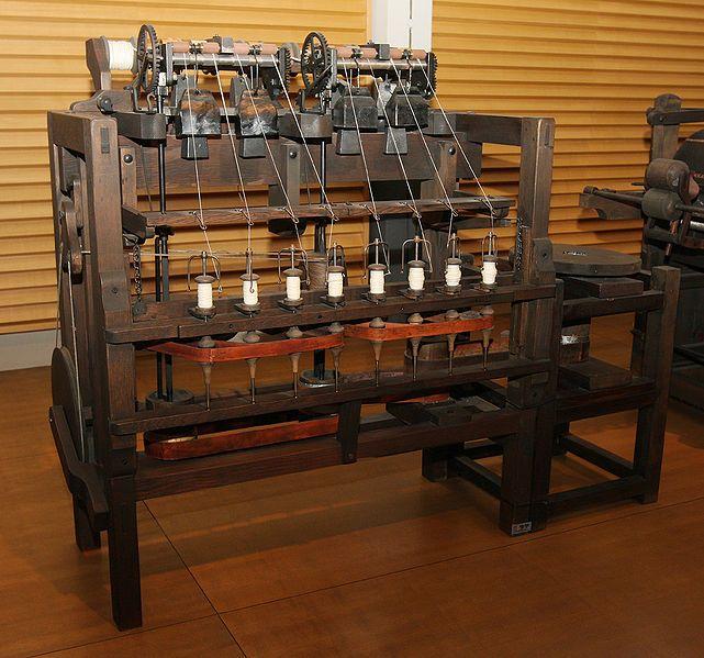 18C (late) Arkwright Water Frame (replica).В 1769 Аркрайт изобрел прядильную машину«Waterframe» и зарегистрир.на нее патент.Два партнера профинансир.сумму, необходимую для подачи заявки на патент и организовали промышл. применение прядильной машины. Было открыто крупное прядильное предприятие в Кромфорде, использовавшее как двигатели водяные колеса.С 1790 перестроил прядильные машины под паровые двигатели.