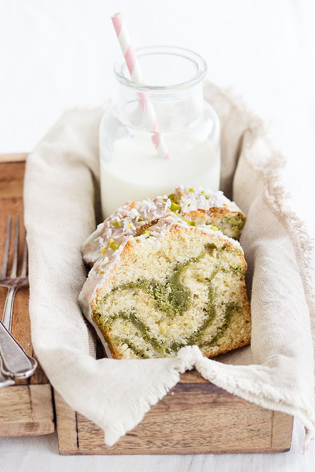Coconut Matcha Cake! (Scroll down for English.) Swirled with matcha and drizzled with coconut, a slice of this cake makes for a perfect afternoon teatime! #matcha #dessert