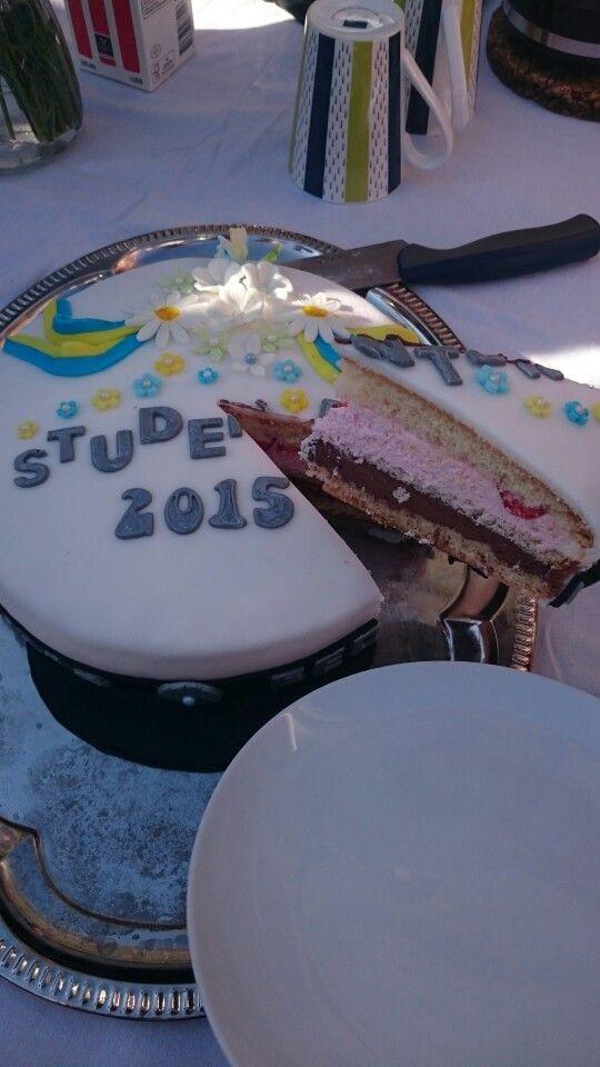 Studenttårta till svärsonens studentfika. Fylld med jordgubbsmousse och chokladfluff.