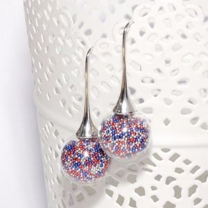 Boucles d'oreille globes verre remplies de micro billes bleu roi, argentées et rouges