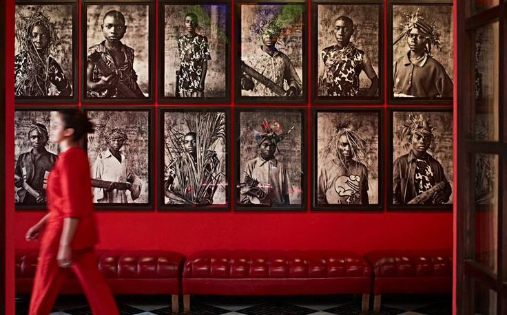 Джефф Кунс, Генри Мур, Энтони Гормли, Бриджет Райли, Уильям Кентридж, Дэмьен Херст на террасах, в лобби и сьютах.