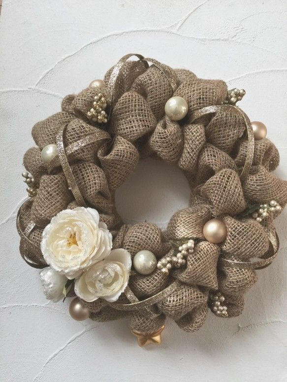 """もみの枝など様々な素材を利用して作られるクリスマスリースですが、今年はぜひ『burlap wreath(バーラップ リース)』を作ってみませんか?バーラップとは""""麻袋""""のこと。海外では麻を使ったクリスマスリースがポピュラーなんです!クリスマスはもちろん一年中飾っておけるナチュラル感溢れるリース作りに、今年ぜひ挑戦してみて!"""
