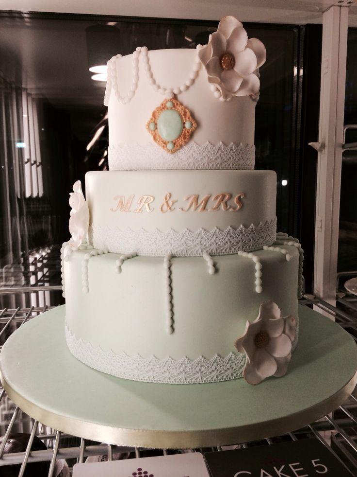De dummie Bruidstaart 2014 van Cake 5. Met als thema; parels,kant,mint groene accenten en Mr & Mrs. Bekijk hun website of pinterest account voor meer inspiratie.!