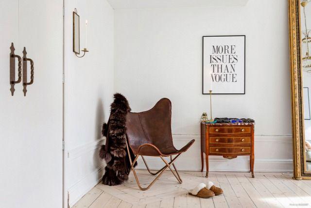Fehér ajtók  fehér falak  fehér ablakkeretek  szekrények és világos színű kárpit a kanapén - a padló fa színéve...