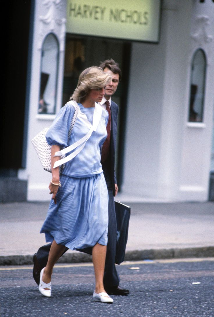 01 August 1984: Photographed by a free lance paparazzi, Princess Diana, eight months pregnant with Prince Harry, and her personal protection officer leave Harvey Nichols at Knightsbridge in London after a shopping spree ■ imgrum.org