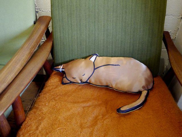 【受注】オリジナルテキスタイルクッション「猫と寝る」