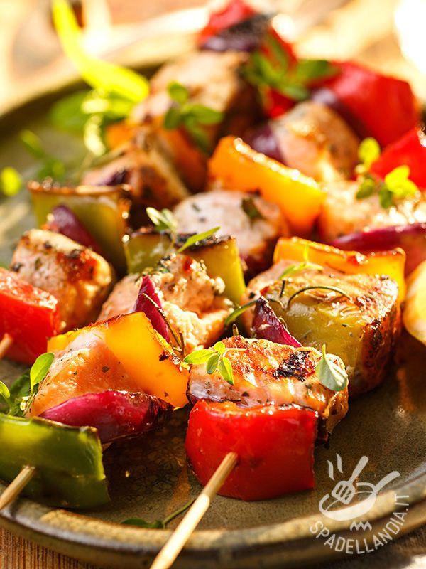Skewers of dogfish and peppers - Gli Spiedini di palombo e peperoni, arricchiti da croccante cipolla rossa sono un'idea briosa e veloce per portate in tavola tanto pesce genuino. #spiedinidipalombo