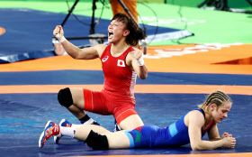 レスリング女子48キロ級決勝でアゼルバイジャン選手を破った登坂=写真 玉井良幸