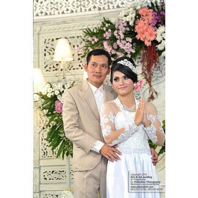 Simple pose. Nice couple. #foto #portrait #pernikahan Rini+Adi #pengantin #modernwedding #weddingreception #weddingceremony #weddingparty #Jogja #Yogyakarta #Indonesia, http://wedding.poetrafoto.com