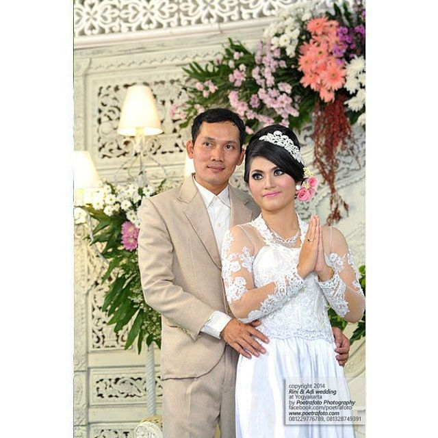 Simple pose. Nice couple. #foto #portrait #pernikahan Rini+Adi #pengantin #modernwedding #weddingreception #weddingceremony #weddingparty #Jogja #Yogyakarta #Indonesia, http://wedding.poetrafoto.com