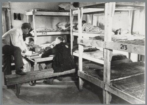 barak kamp Amersfoort voor filmopname na bevrijding