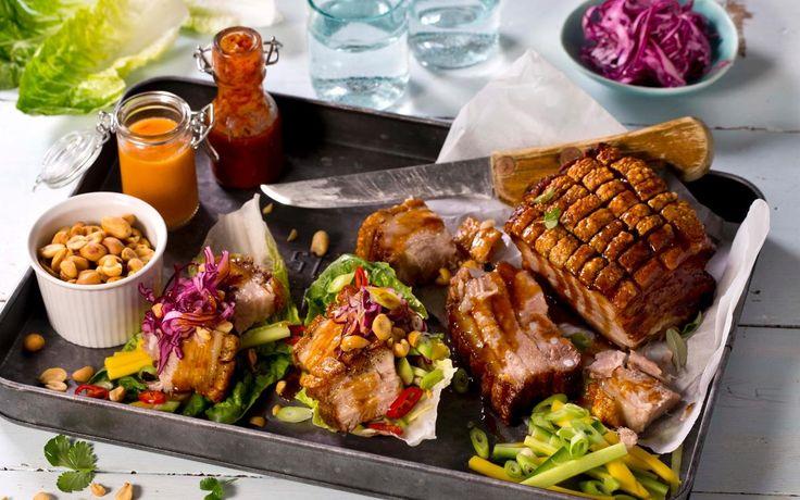 Du kan spise ribbe hele året når den er laget på dette viset. Kjøttet blir ekstra spennende med litt sødme fra ananas og hete fra chili. Servert med lettsyltet rødkål og friske grønnsaker. Husk å sette av 2-3 dager til marinering.