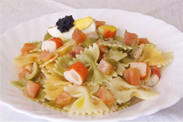 Deliciosa y fresca ensalada de pasta con un poquito de mar: salmón, caviar, surimi y atún, con olivas y huevo duro, y regado con un buen aceite de oliva.