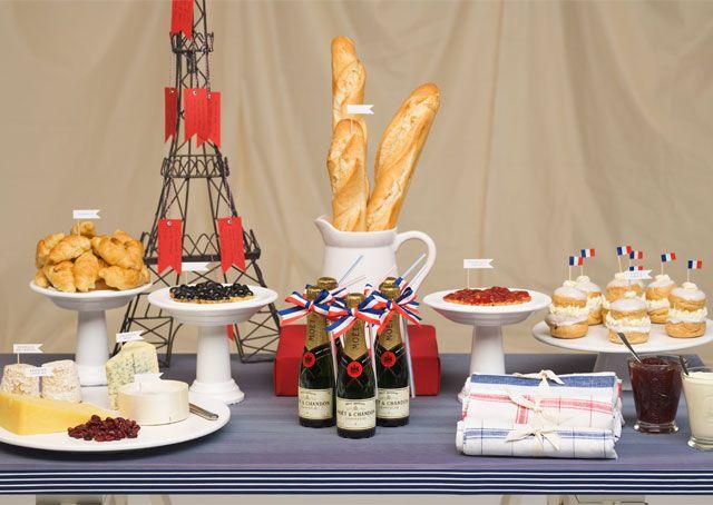 Soirée thème 14 Juillet : le buffet à la française, champagne, fromages et baguettes de pain !  Bastille Day Party.
