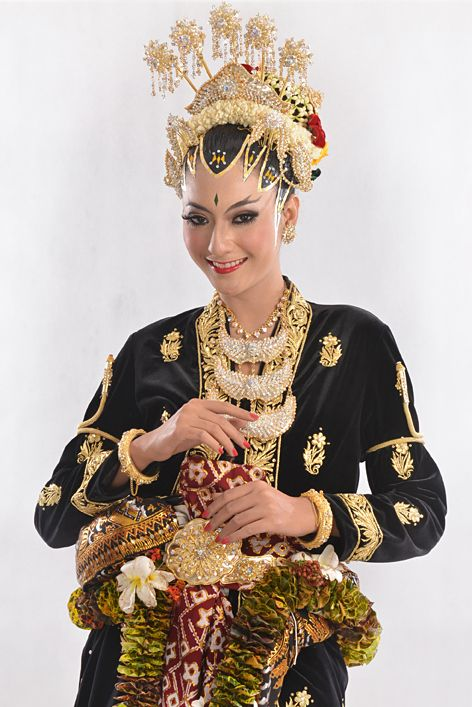 Javanese wedding dress, it's called 'Kanigaran style'. With a 'Paes Ageng' make up.