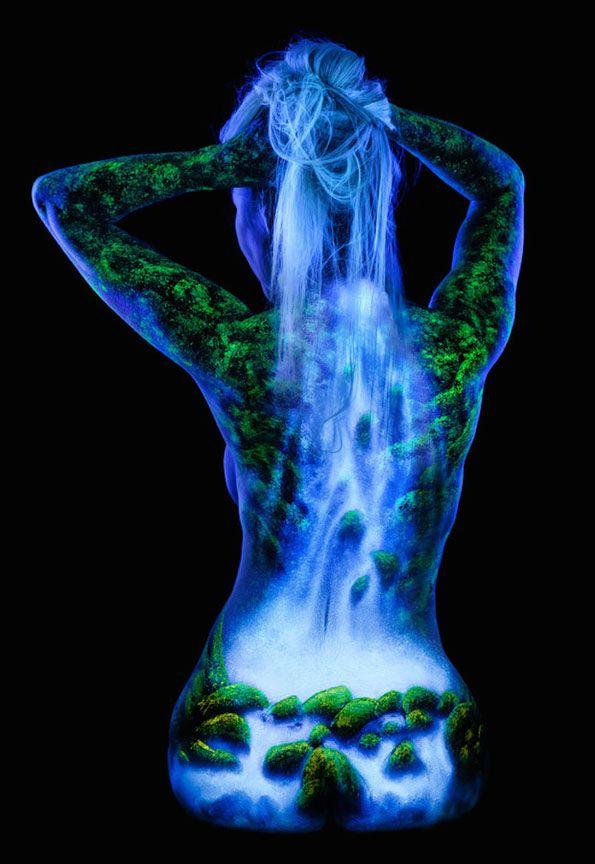 Con su particular técnica, John Poppleton, plasma la belleza natural y del espacio en deslumbrantes cuerpos femeninos desnudos