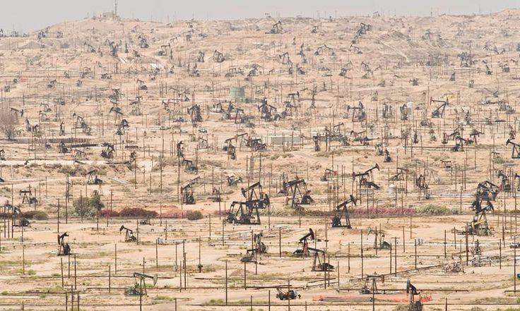 Esta fotografía de archivo del 16 de enero de 2015 muestra bombas de balancín en el campo petrolero del río Kern en Bakersfield, California. El precio del petróleo se encamina a una recuperación ...