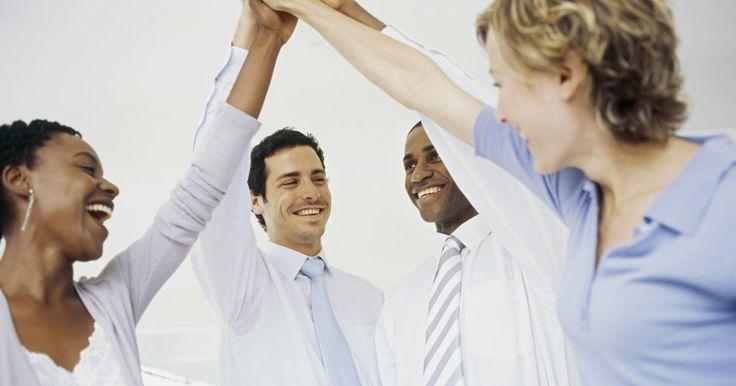 Estrategias utilizadas para motivar a los trabajadores en una organización. Las compañías tienen una miríada de estrategias para motivar a los empleados, desde el reconocimiento público verbal hasta boletos para el Súper Tazón, aumentos y autos de la compañía. La clave es identificar qué estrategia motivacional proveerá una motivación impulsada por el premio en lugar de crear una cultura de empleados que se esfuercen por ...