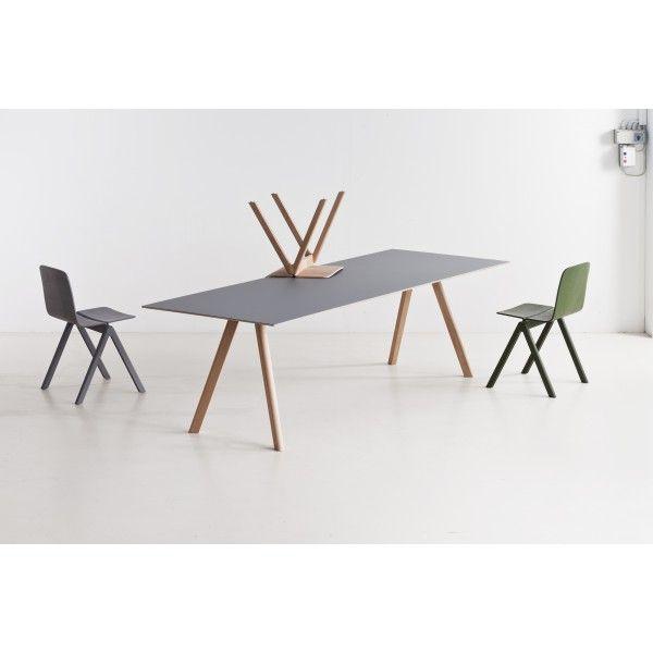 De #Copenhague #tafel CPH30 van #Hay is een van de meubels die door Ronan en Erwan Bouroullec speciaal voor de universiteit van #Kopenhagen werden ontworpen. Net als de andere meubels wordt ook de Copenhague tafel CPH30 gekenmerkt door een eenvoudige maar functionele en treffende stijl. De #tafel is verkrijgbaar in diverse maten en kleuren.