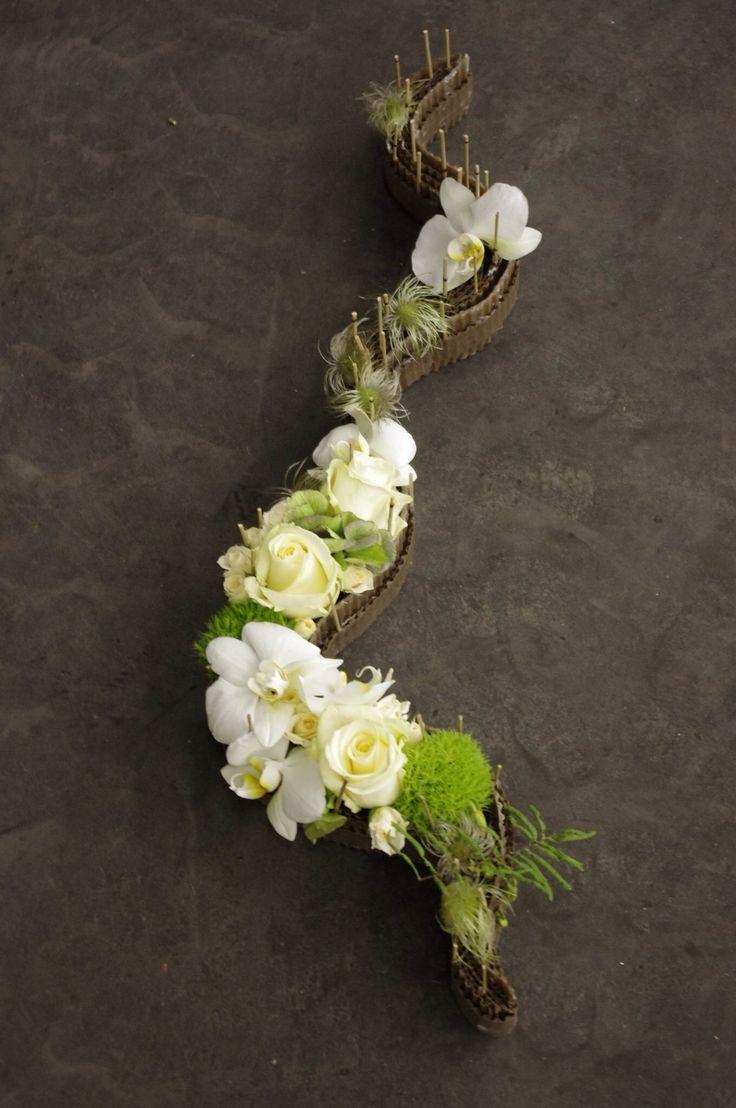 Composition de roses et orchidées dans les tons de vert et de blanc