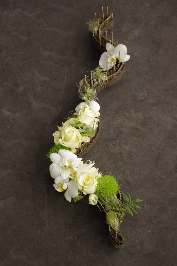 White and green, roses and orchids - corrugated board as the basis...