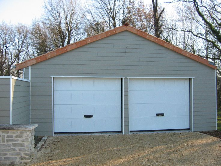 Garage en bardage clin composite avec double portes de for Bardage maison composite