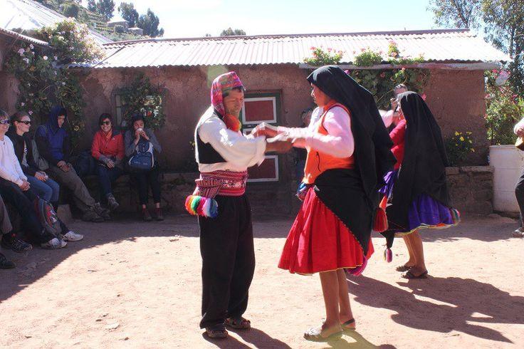 Die Insel Taquile ist das zweite Ziel meinesTagesausflugs auf dem Titicacasee. Nachdem ich eine schwimmende Insel der Uros besuchte, ging es mit dem Motorboot weiter hinaus auf den Titicacasee. Während der Bootsfahrt sitze ich auf