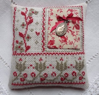 Steekjes & Kruisjes: augustus 2011. -- -- sweet cross stitch project pillow sachet with Catholic medal