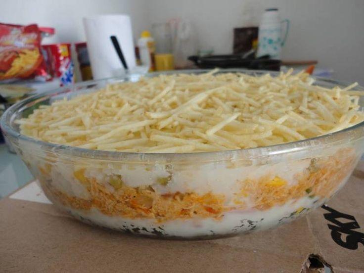 Super rápido de preparar e muito gostoso!  Ingredientes 3 xícaras de arroz cozido 1 lata de legumes picados (milho, ervilha, batata, cenoura etc) 1 peito de frango cozido e desfiado 2 tomates