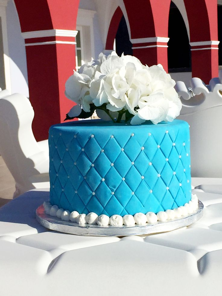 wedding cake with blueberrie and vanilla flavor, with blue ice sugar, and hydrangea flower