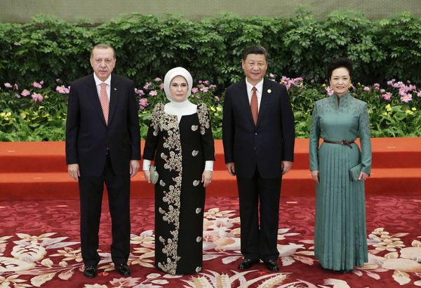 Peng Liyuan Photos - Chinese President Xi Jinping and wife Peng Liyuan welcome Turkish President Recep Tayyip Erdogan and his wife Emine at the welcoming banquet for the Belt and Road Forum on May 13, 2017 in Beijing, China. - Belt and Road Forum for International Cooperation - Day One