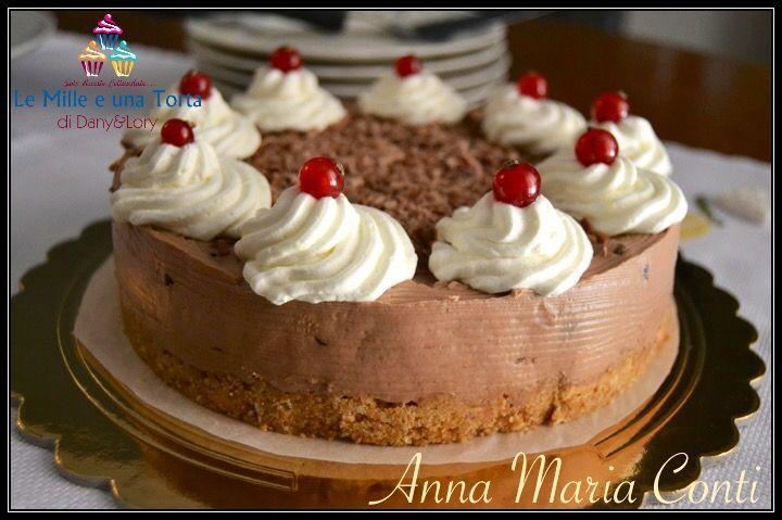 Cheesecake al cioccolato fondente Tortiera da 22 cm di diametro Ingredienti per la base biscotto: 200 g di biscotti secchi integrali 50 g di amaretti
