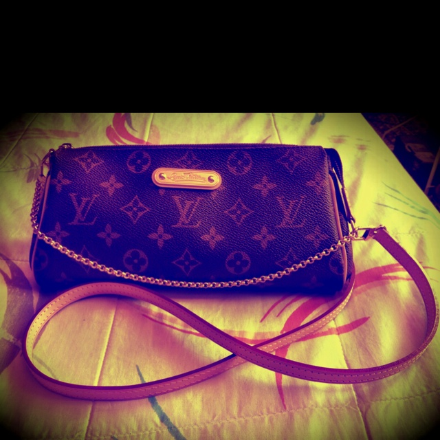LV Eva clutch in Monogram canvas--my faaavorite accessory. Apart from a smile. Haha! ;-) I used to take big bags (I like bringing EVERYTHING that I think falls under the must-have-it-in-the-bag category) but I wanted something for only the most essential items. This was the answer. =)
