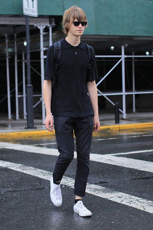 黒ポロシャツ×ブラックジーンズ×白ローカットスニーカー