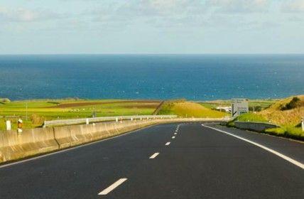 Como são as estradas da ilha de São Miguel nos Açores?