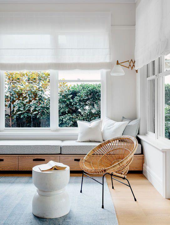 Banquette sous une fenêtre et décoration minimaliste - Desire to inspire