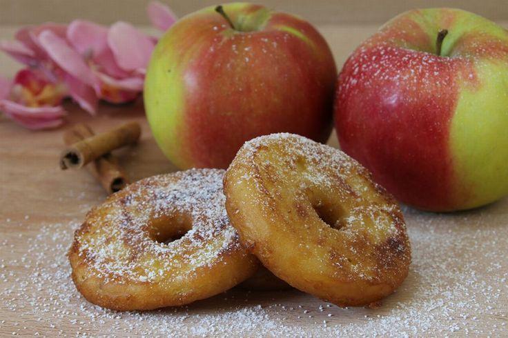 Die Äpfel schälen und das Kerngehäuse ausstechen. Anschließend die Äpfel gleichmäßig in nicht zu dünne Scheiben schneiden und mit Zitronensaft beträufeln.