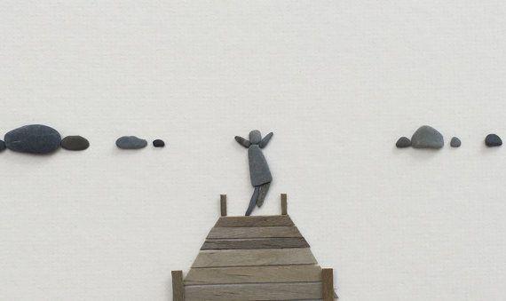 PebbleArt, gerahmt Pebble Kunst, Pebble Bild Steinkunst, Kunst mit Felsen, See-Hütte, Strandhütte, Dock, Wharf Kiesel Kunst von Sharon nowlan