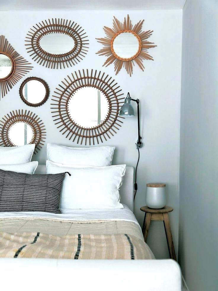 deco dessus de lit au dessus du lit des miroirs aux allures de soleil ont pris place de quoi illuminer vos nuits couvre lit deco montagne