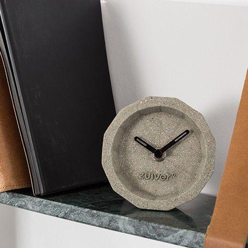 Er is iets vintage chique aan een bureau klok. Door de opkomst van de computer zijn ze zo goed als verdwenen uit ons dagelijks bestaan. Zo saai eigenlijk, de tijd digitaal in je scherm. Nu kun je jouw werkplek weer klasse geven met een ultra hippe bureauklok. Zuiver presenteert: Bink Time!  Materiaal: beton Afmetingen: 15x15x8,5 cm (1), 31,5x16x19 cm (4) Batterij zit er niet bij inbegrepen Genoemde prijs is set prijs, artikel wordt per 4 geleverd.