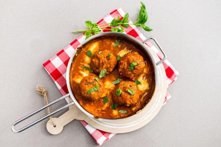 Deze Italiaanse gehaktballen worden eerst goudbruin gebakken en garen daarna verder in de oven in een rijke tomatensaus bedekt met mozzarella en Parmezaan.