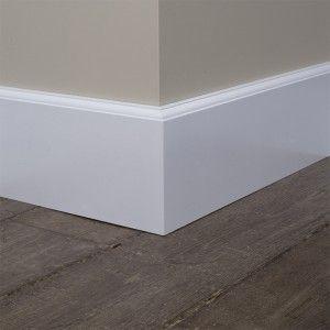 Kraalplint met parketvloer en taupe tint op de muur. Mooi contrast!