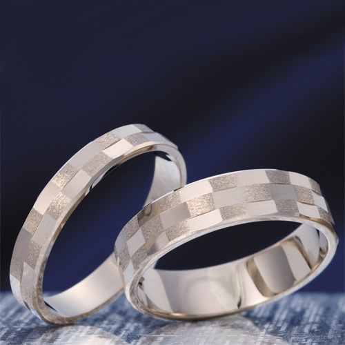 HR-250   輪の匠シリーズの市松はちょっと太すぎというお客様の声からできた4.5mm(3段)、3mm(2段)と細幅のリング。   厚みも薄いためフィット感抜群。お色もひときわ輝くホワイトゴールドと手によく馴染むピンクゴールドの2色からお選び頂けます。