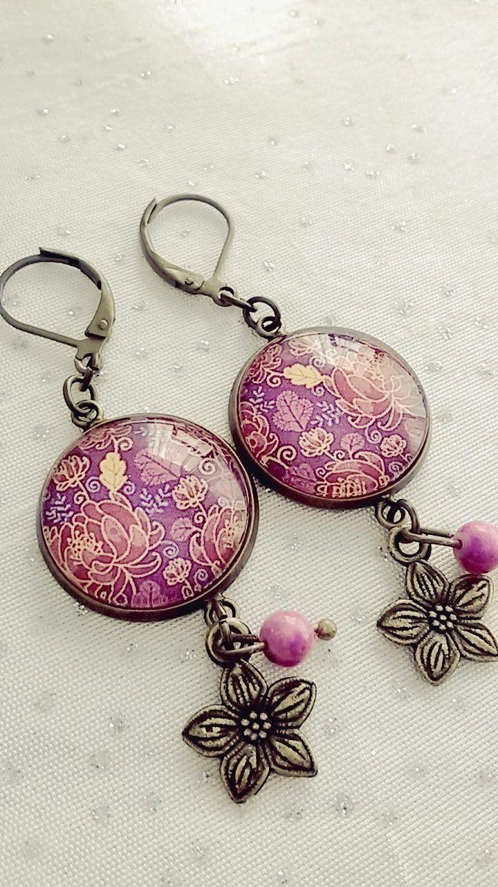 Boucles d'oreilles cabochon fleur rose sur fond violet : Boucles d'oreille par soo-happy