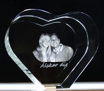 www.presentjakt.se: Ett personligt 3D-fotografi i glas som verkligen drar blickarna till sig och möjliggörs med hjälp av modern laserteknik.
