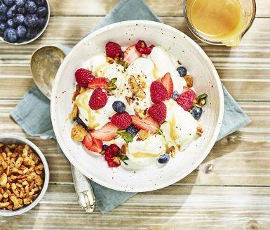 Färska sommarbär och vaniljglass är kanske sommarens enklaste och godaste efterrätt! Här toppar vi den med hemmagjord kolasås med en smak av västerbottensost och sötknaprig crunch av smörstekta valnötter och smulor av digestivekex.