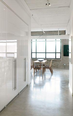pavimento betão + móveis lacados